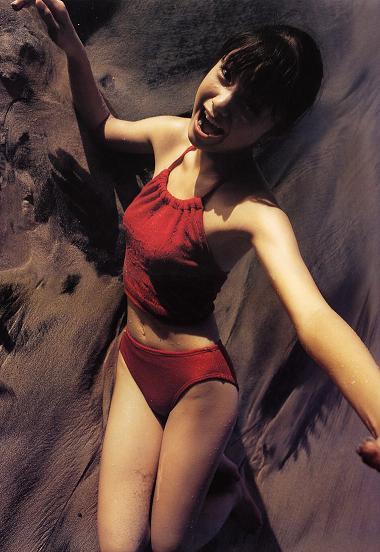 赤い水着の宮崎あおい2